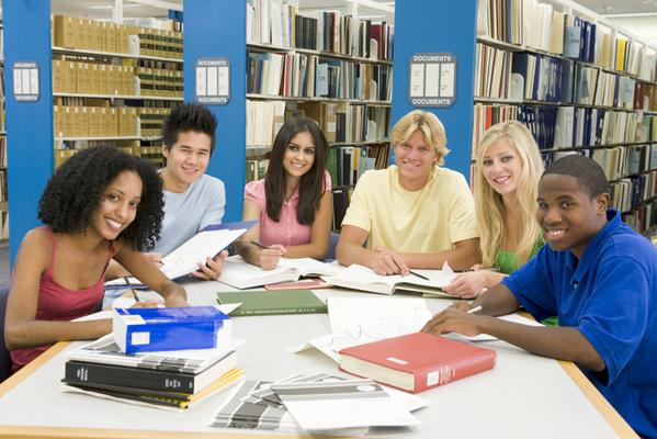 סטודנטים לומדים בספרייה