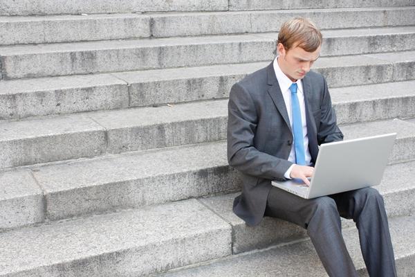 איש עסקים עם מחשב נייד